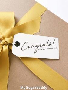 En la imagen se ve parte de un regalo envuelto en papel con una tarjeta motivacional. El que se tomo el tiempo de hacer un regalo adecuado.