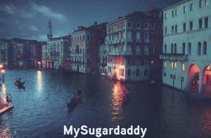 La ilustración muestra la ciudad de Venecia durante la noche. Podemos ver el canal grande, con un par de gondolas. Las casa antiguas y las luces producen un ambiente único. Una de las ciudades más espectaculares.