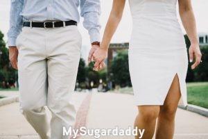 En la imagen vemos a dos personas mayores que se sostienen de la mano mientras caminan. Solo se ve el cuerpo de ambas personas. Nunca es tarde para enamorarse, pues, ellos seguramente saben que es verdad.